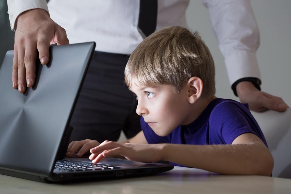 """""""ภาวะการเล่น (ติด) เกมออนไลน์ มีผลต่อเด็กอย่างไรบ้าง"""